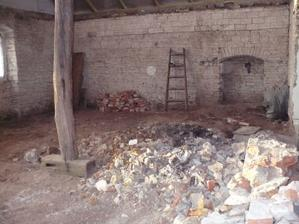 obývák, bývalá kuchyň, koupelna a pokoj v jednom :) příčky, stropy a podlahy jsou pryč