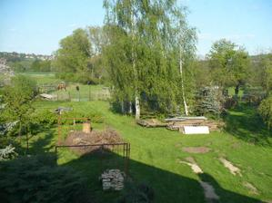 pohled z půdy do části zahrady - spousta věcí už je dnes jinak - vyklizeno, prořezáno, apod.. stále ji zlepšujeme... :)