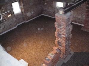připraven štěrk pod základový beton