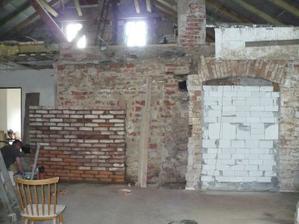dozdívání zdi za krbem, zazděné dveře ze zádveří do obýváku