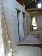 pohled z konce chodby - dveře do koupelny, wc, technické místnosti a v čele do ložnice