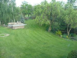 čerstvě posekaná zahrada.... :)