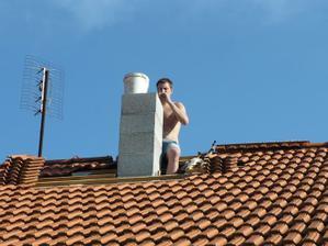 dokončování komína - bylo neskutečné parno a pod tou střechou bylo šíleně :/