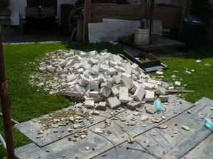 bylo asi 30 stupňů, když jsme bourali starý komín - bylo šílené vedro jen z nás lilo.. :(