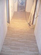 dlažba v chodbě - přední část chodby ke vchodovým dveřím