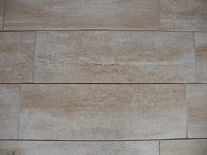 detail dlažby na chodbě