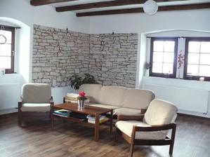 Náš obýváček- prozatimní sedačka, snad bude časem nová - Ikea Ektorp... :)