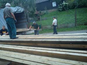 Jupí..doviezli drevo na krov