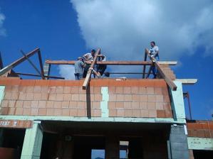 A už robíme krov ---prvé hlavné krokvy založené