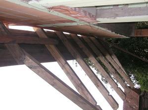 Predlžené krokvy nad terasou
