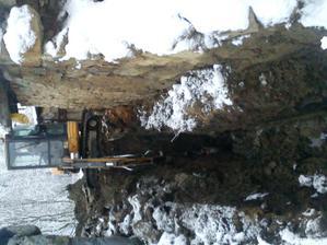Odtok do pivnice - stále nam tam tiekla voda ..dna 30.12.2011- preposledný den v roku sme bágrovali