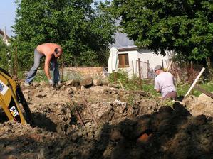 Prva velka brigada na betonovanie zakladovych pasov domu a pivnice