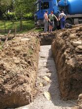 Zalievanie betonových pásov v pivnici