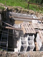 Ukladanie prvých tvárnici a murovanie pivnice
