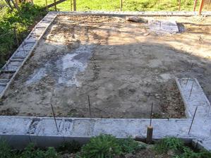 Hotovo, betonove pasy su zaliate