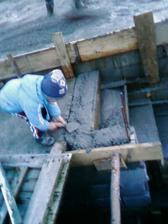 Tadi betonuje schody do pivnice