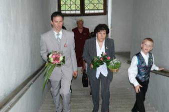 ženich s maminkou stoupají po zámeckých schodech, směrem ke kapli