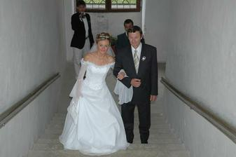 a konečně, asi 10 minut po dvanácté přichází nevěsta, kterou vede tatínek