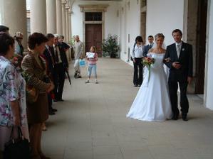 ...zde jsme se poprvé uviděli..., nevěsta dostala kytičku a čekalo se...