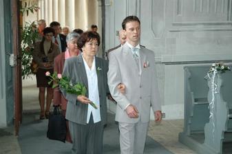 po panu faráři vstupuje ženich s maminkou...poté hosté...