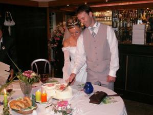 """přišlo i na dort s mottem : """"jedno srdce bez druhého nemůže žít"""""""