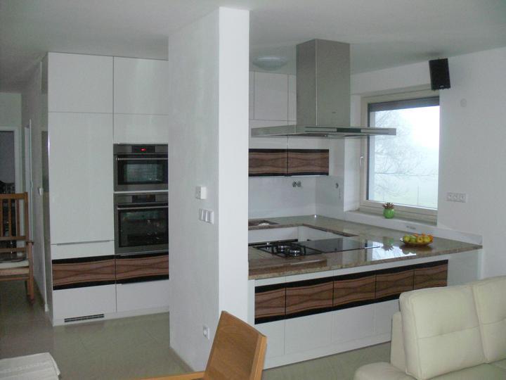 Biela vysoko lesklá kuchyňa s pásom drevodekoru a žulovou pracovnou doskou - FARBIAK kuchynské štúdio - kuchyňa na mieru (rodinný dom, Střítež - CZ)