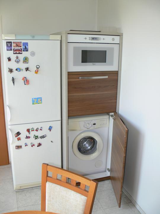 Malá paneláková kuchyňa so skrytou práčkou - FARBIAK kuchynské štúdio - kuchyňa na mieru (byt, Žilina - Vlčince)