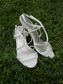 Bílé sandálky zdobené kamínky, 38