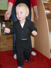 Synovec ve fráčku...vypadal úžasně, ačkoliv zkoušení svatebního oděvu ho moc nebavilo :) No už se těším, až přede mnou půjde k oltáři... :)