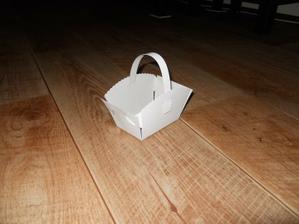 Klasický bílý košíček na koláčky