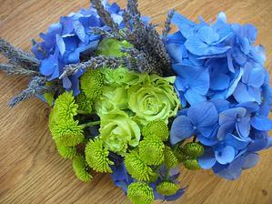 kvety na kyticu, len namiesto modrej zelená hortenzia