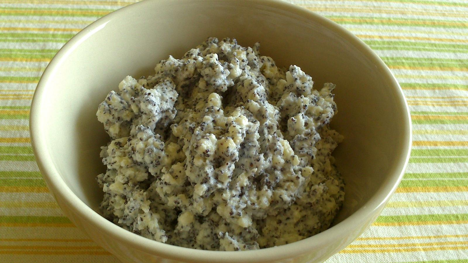 A občas i vařím... - Zbylé jáhly od oběda ⬅, tvaroh, troška cukru, hodně mletého máku, 2 lžíce kvalitního řepkového oleje - skvělá svačina pro mě a manžela :)