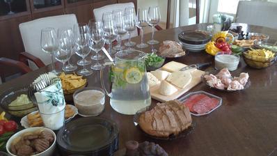 Občerstvení na oslavu pro kolegu v práci pro 15 lidí - ještě chybí tiramisu (čekalo v ledničce na později).