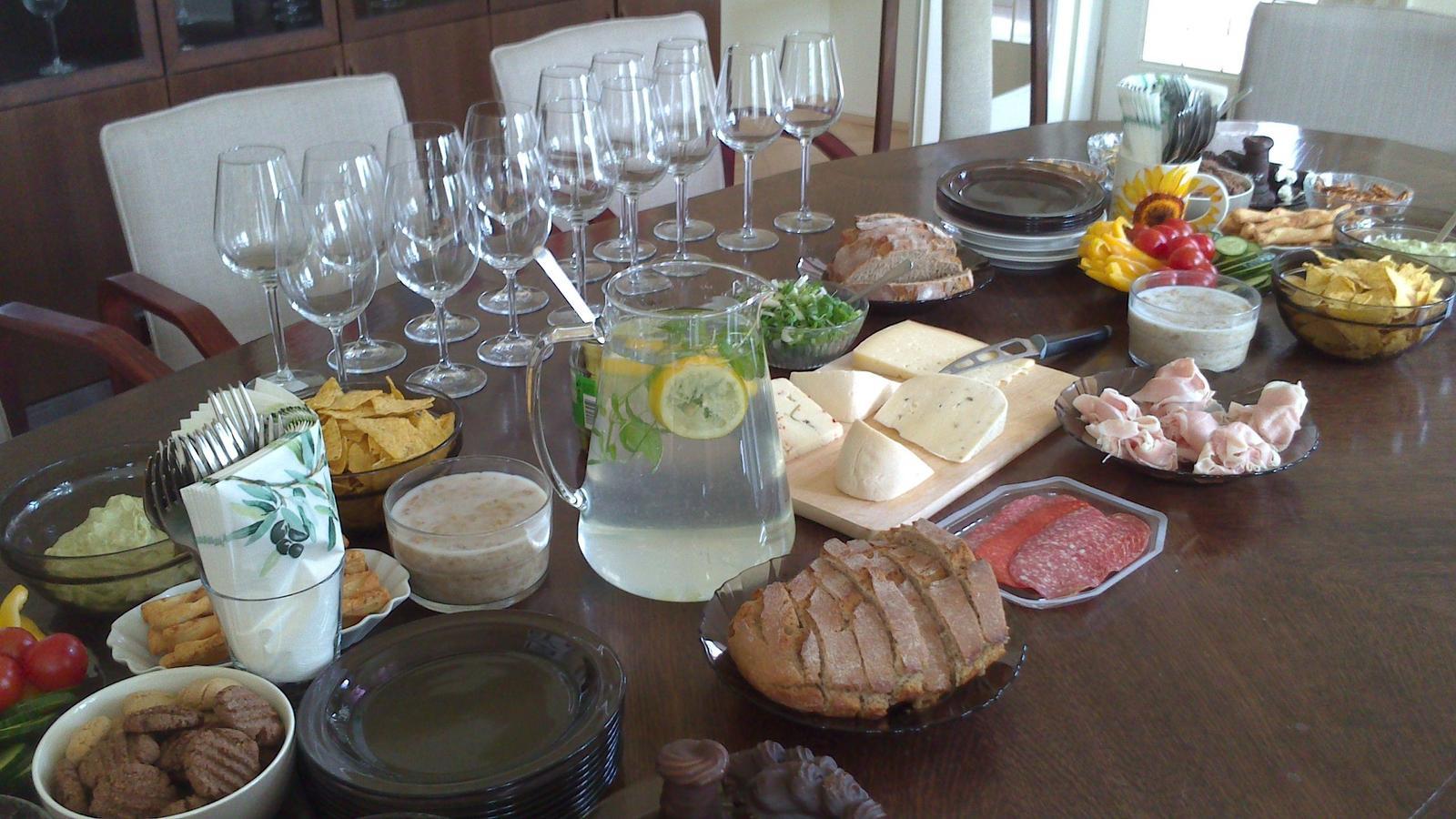 A občas i vařím... - Občerstvení na oslavu pro kolegu v práci pro 15 lidí - ještě chybí tiramisu (čekalo v ledničce na později).