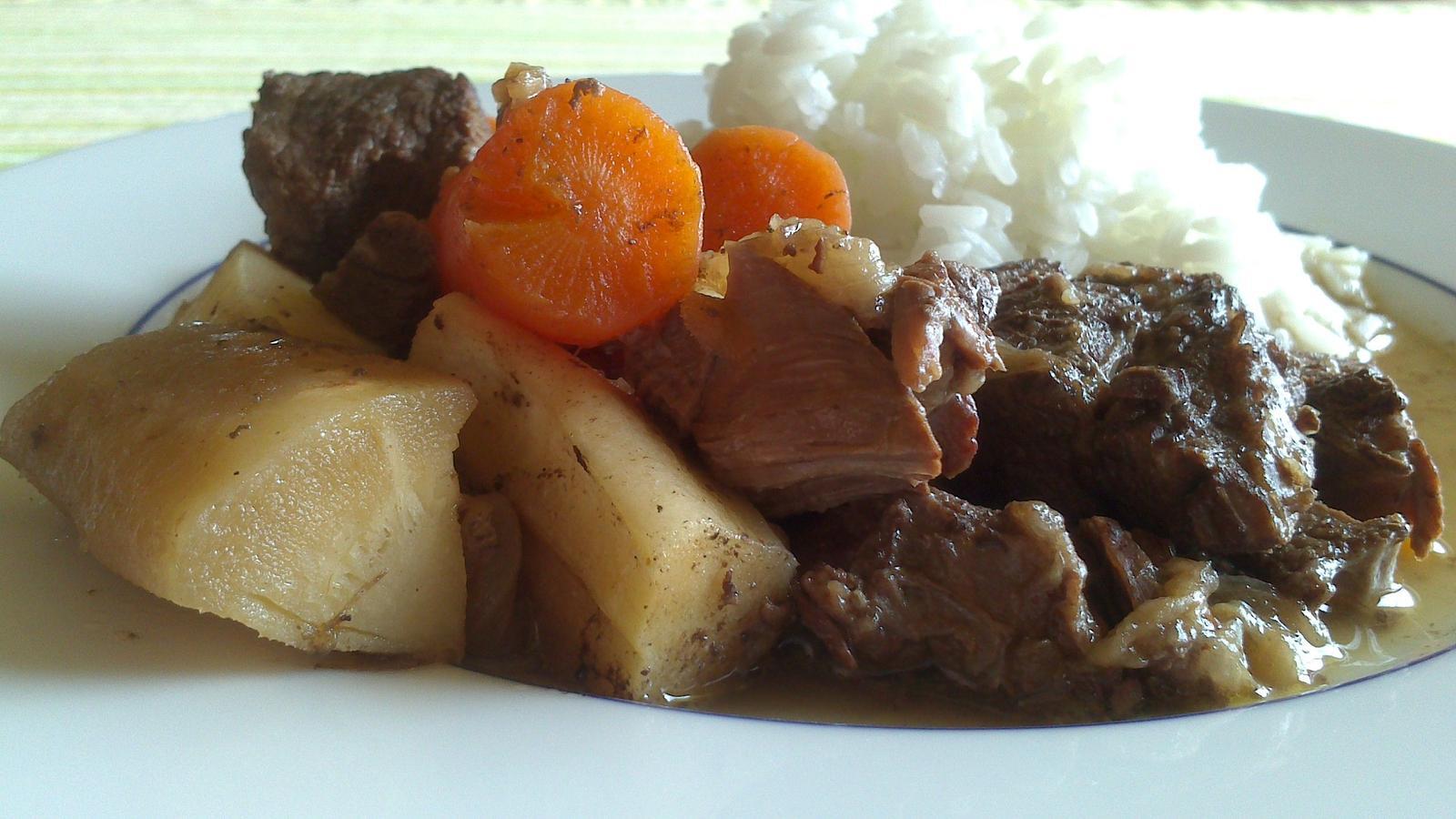 A občas i vařím... - Pomalu dušené hovězí s kořenovou zeleninou na červeném víně, jasmínová rýže :)