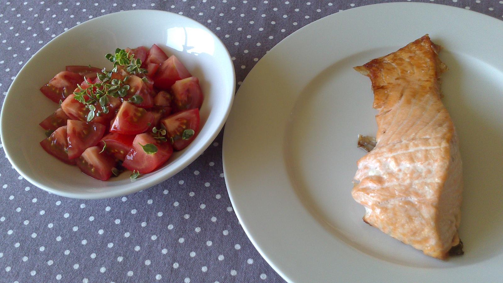 A občas i vařím... - Čerstvý losos + rajčata, balzamico, olivový olej, tymián + bílý italský chléb + trochu sektu = LÉTO