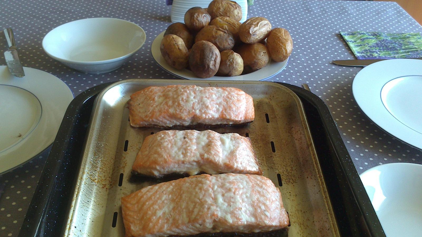 A občas i vařím... - Grilované brambory a losos - máme ho často :)