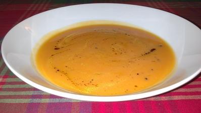 Mrkev, petržel, batát, červená čočka, koření - uvařit, rozmixovat, přidat dýňový olej - skvělá a rychlá polévka :)