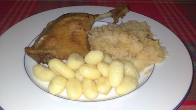 Trochu netradiční jídlo na 2. adventní neděli, ale bylo to dobré - pomalu pečené kachní stehno, bramborové noky a kysané zelí s cibulkou :)