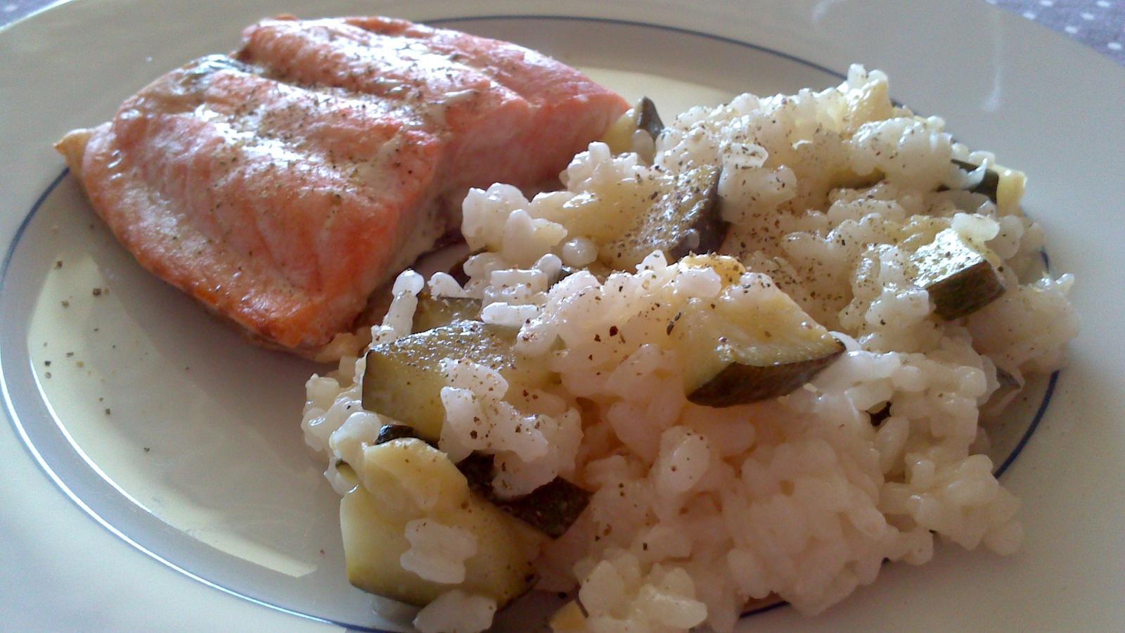 A občas i vařím... - Pečený losos a risotto s cuketou - nová kombinace :)
