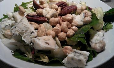 Směs listových salátů, gorgonzola, opražené kešu, lískové a pekanové ořechy, olivový olej, aceto balsamico