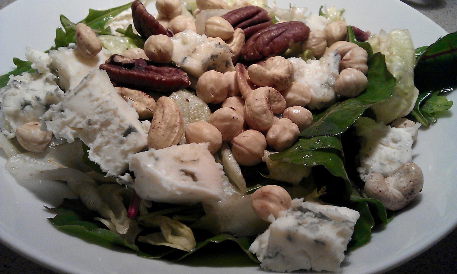 A občas i vařím... - Směs listových salátů, gorgonzola, opražené kešu, lískové a pekanové ořechy, olivový olej, aceto balsamico