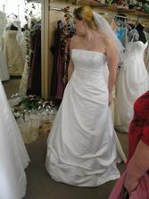 sedmé šaty - zepředu byly moc hezké, ale měly strašně dlouhou vlečku...