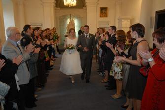 Svatba proběhla v kapli brandýského zámku - sice to není opravdová kaple, takže obřady jsou civilní, ale hezká je :)