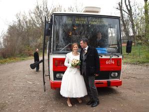 My a náš novomanželských autobus.