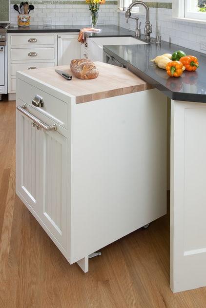 Vychytávky do kuchyne a interiéru - výsuvný stolík s masívnou doskou ideálny na krájanie chleba a mäsa , ktorý sa dá elegantne schovať
