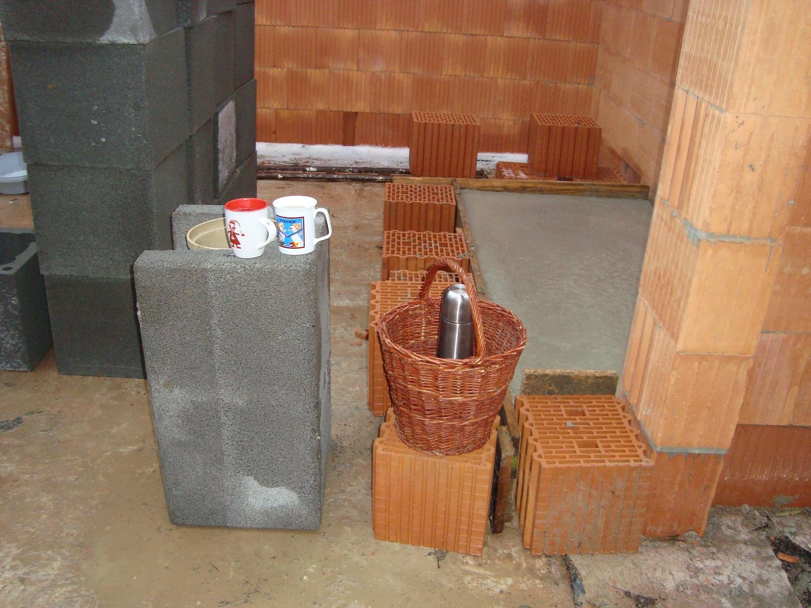 Naša chalupa - základná doska pod murovaný šporák je hotová...o dva roky sa bude variť už čajík na ňom!