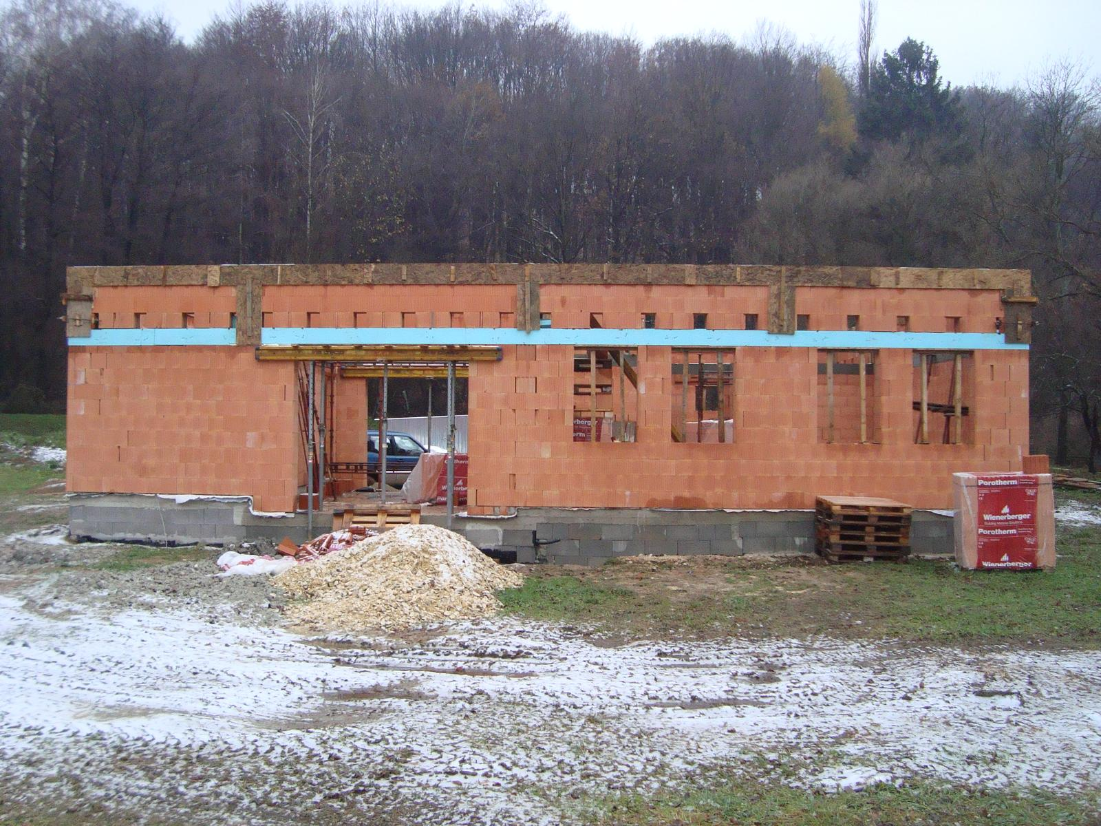 Naša chalupa - november 2016, hrubá stavba stojí