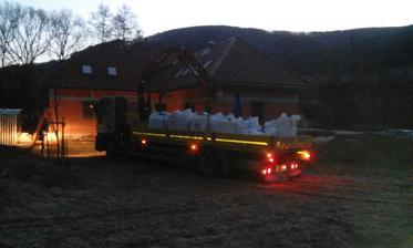 nie len záhrada sa začína prebúdzať na jar, ale aj naša stavba....je 5:50 a prišla hlina na omietky