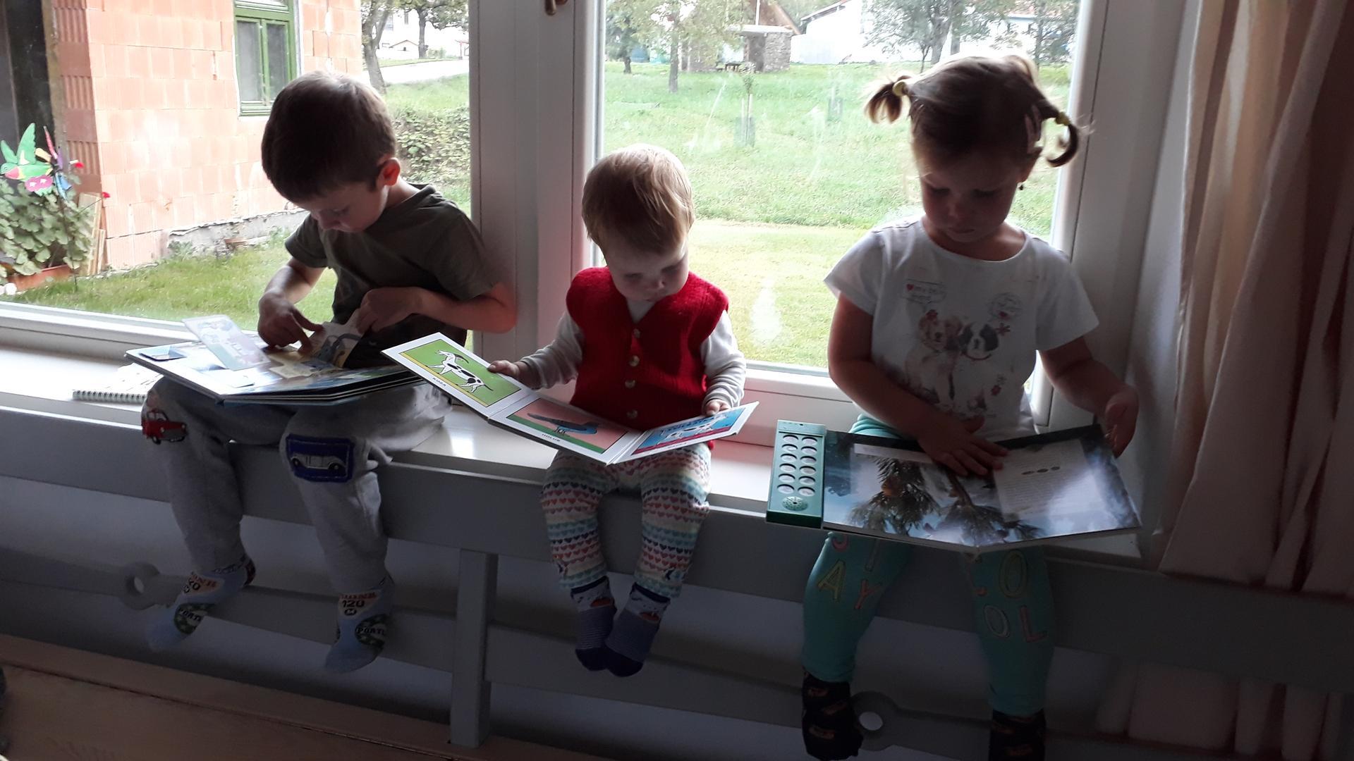 Naša chalupa - kuchynské okno, to je také úžasné miesto, decká tam sedia furt...čitajú, hrajú, jedia